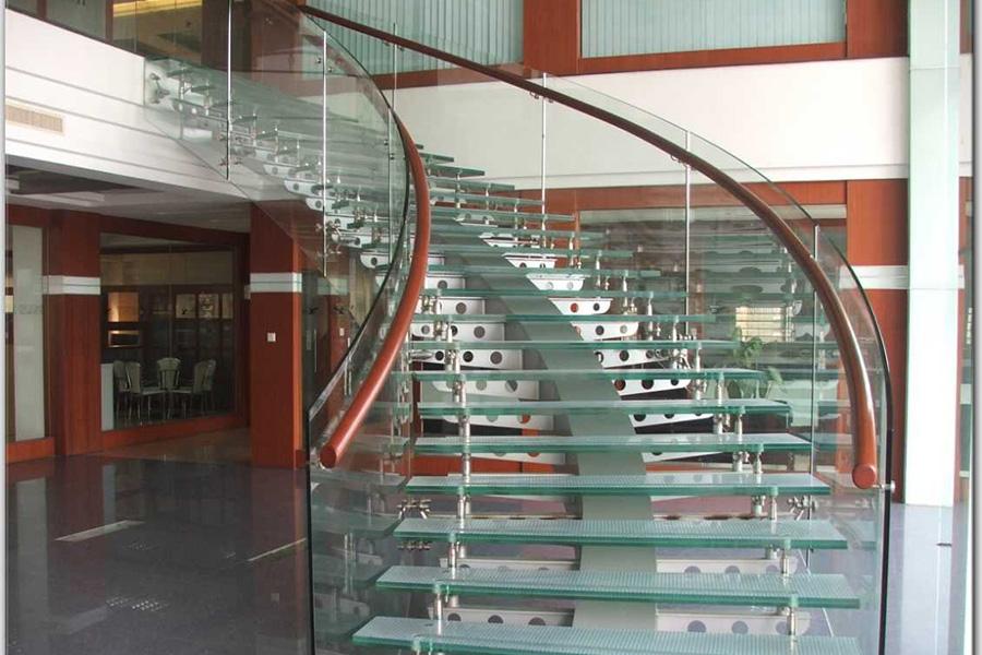 Cầu thang kính sẽ dễ dàng vệ sinh, lau chùi và hạn chế tuyệt đối tình trạng nấm mốc có thể xảy ra.