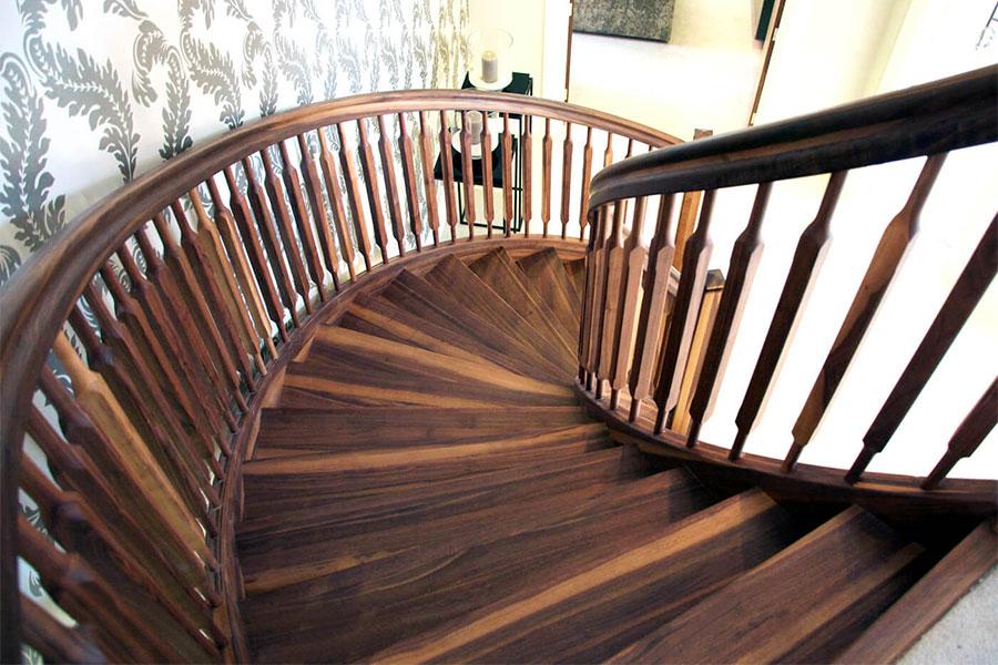 Cầu thang xoắn ốc bằng gỗ đem lại cảm giác chắc chắn, gần gũi.