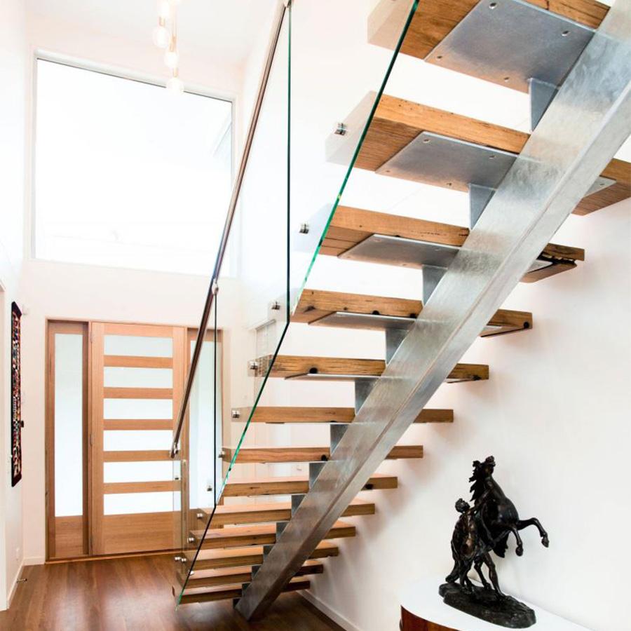 Mẫu cầu thang kết hợp khung sống lưng bằng thép chịu lực, bậc thang bằng gỗ và lan can bằng kín