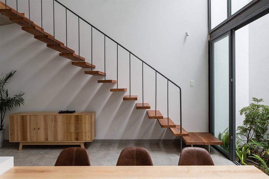 Mẫu thang đơn giản, tối giản toàn bộ chi tiết kết hợp vách kính, tạo độ thông thoáng và rất tiết kiệm không gian.
