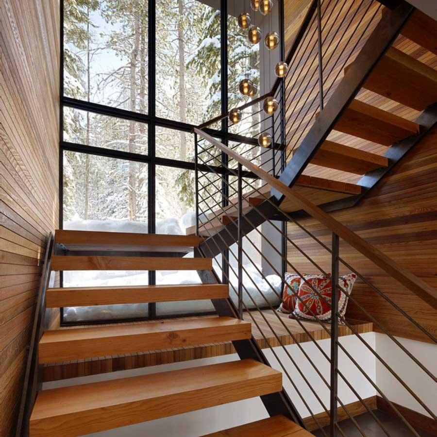 Bên dưới chiếu nghỉ cảu mẫu cầu thang được tận dụng làm góc đọc sách, thư giãn.