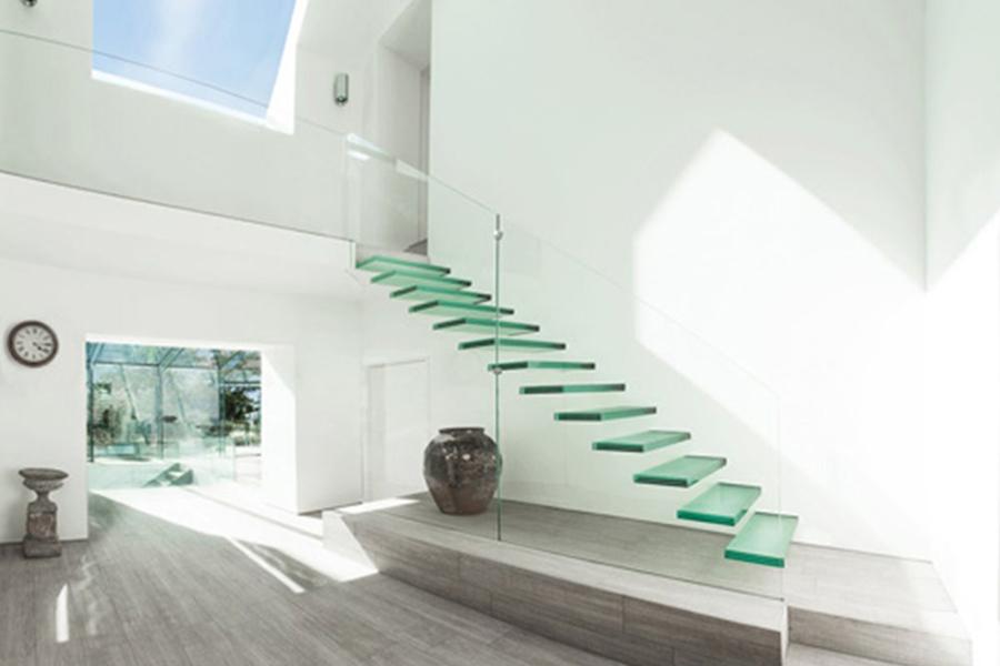 Cuối cùng là mẫu cầu thang kính trong không gian hiện đại mang tone màu trắng trông thật sang trọng và tinh tế.