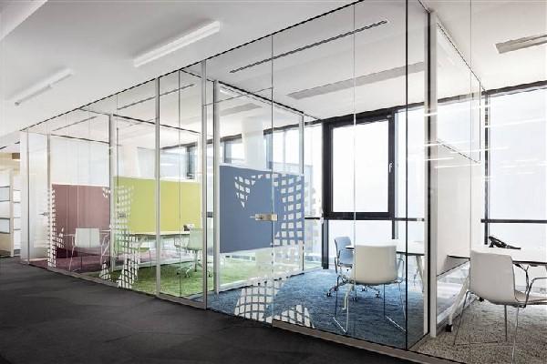 Thiết kế văn phòng kính giúp căn phòng hướng ánh sáng tự nhiên