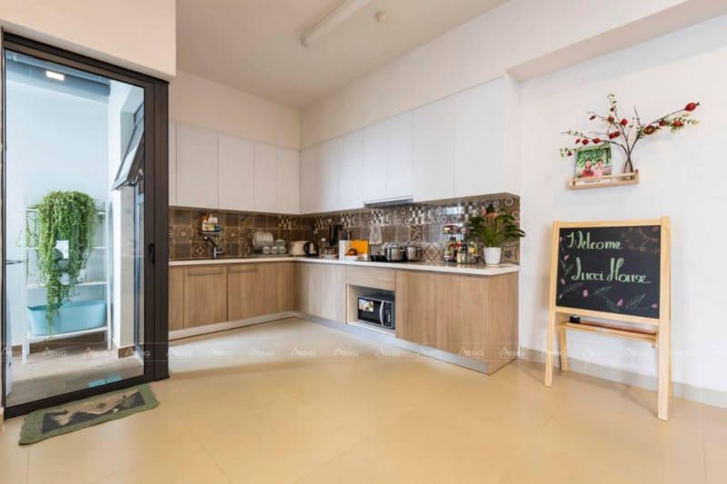 không gian bếp được bố trí thông minh với đầy đủ tiện nghi cần thiết
