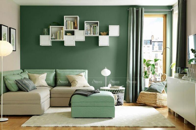 phòng khách được thiết kế với tông màu đối lập xanh lá và màu be