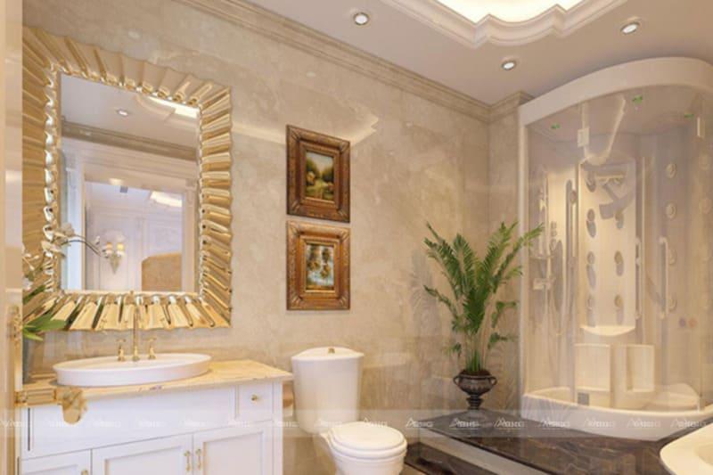 tông màu trắng vàng được sử dụng xuyên suốt giúp phòng tắm trở nên lung linh tráng lệ