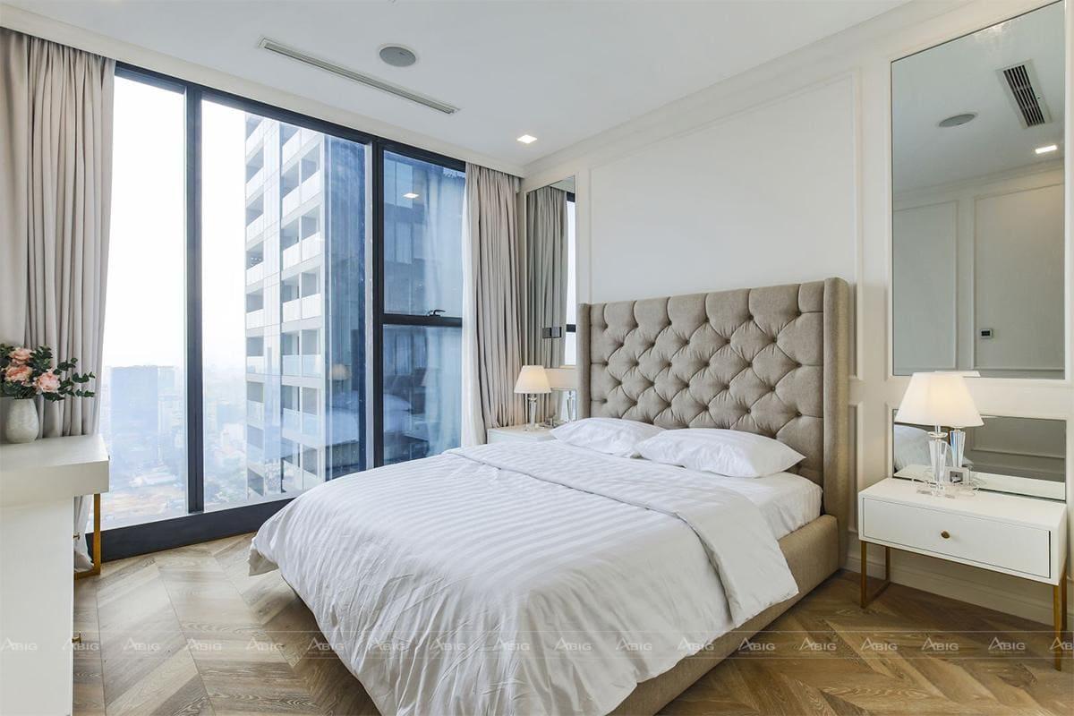 Phòng ngủ đúng chuẩn phong cách đơn giảnt nhưng cũng đầy lãng mạn cho vợ chồng.