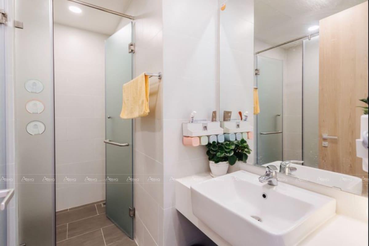 Kính trong suốt ngăn cách phòng tắm với toilet đầy tinh tế
