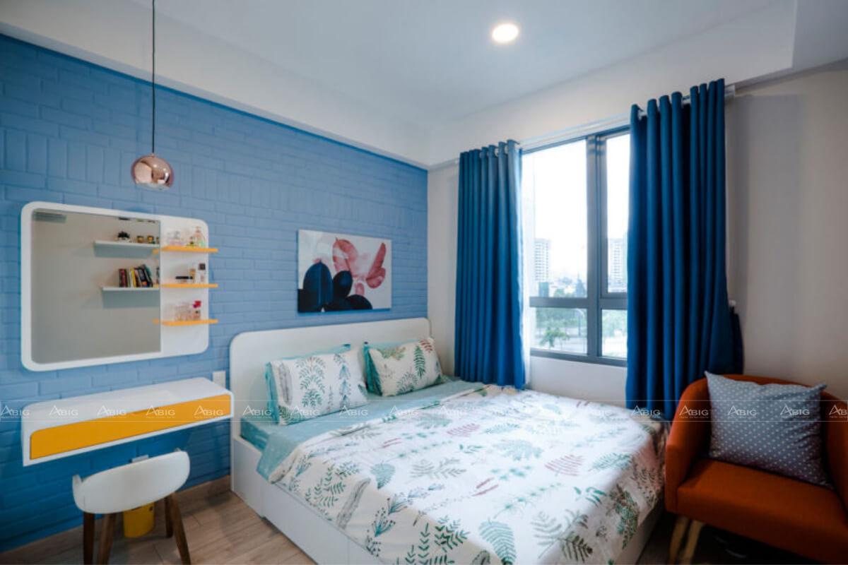 Phòng ngủ lớn được bố trí nội thất hài hòa.
