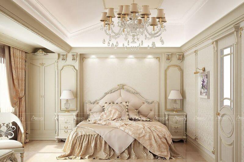 Phòng ngủ sang trọng với điểm nhấn là bộ đèn chùm mang phong cách cổ điển