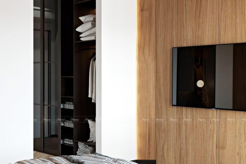 Hướng ra ngoài là tủ quần áo và tivi gắn tường tiết kiệm diện tích
