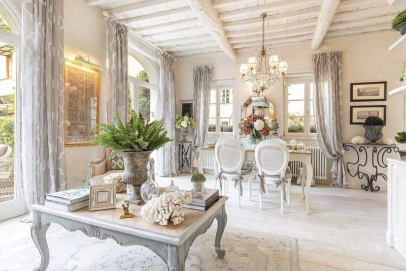 Phòng khách với tông màu trắng xa hoa, nội thất tinh tế