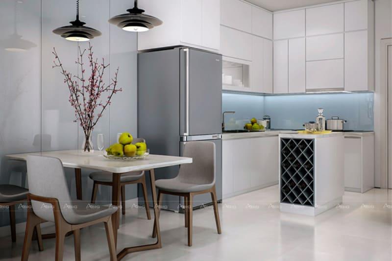 Nhà bếp với gạch lát sang trọng, tủ bếp chữ L mang đến sự tiện nghi cho việc nấu nướng.