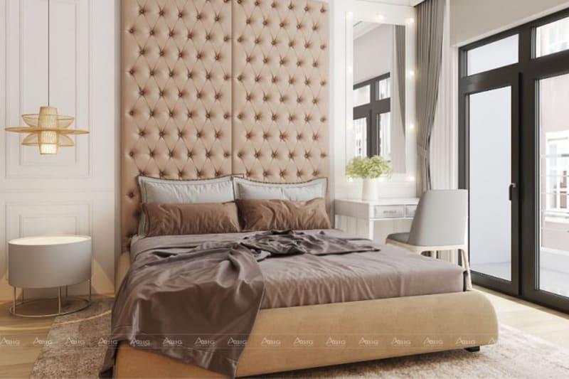 Phòng ngủ được trang trí bởi đèn chùm, thảm trải sàn và hướng ra ban công