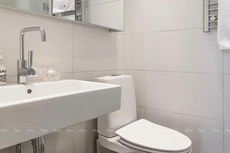 Nhà tắm được ốp gạch trắng sạch sẽ, đem lại sự khô ráo thoáng mát.