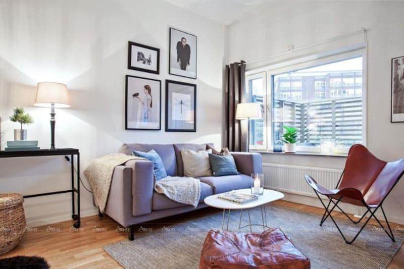 Chiếc sofa kê sát tường với sự tinh tế trong thiết kế và bày trí không gian