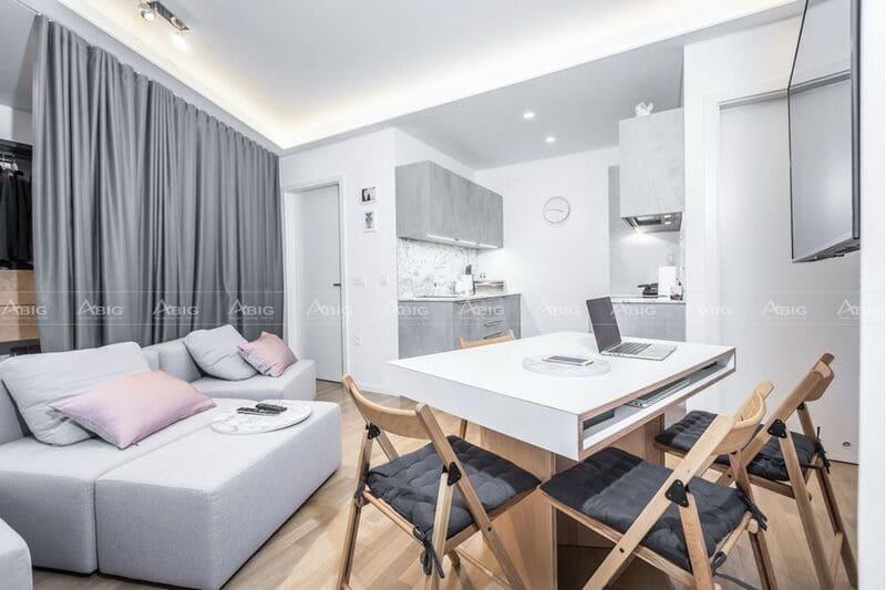 Lựa chọn trắng và xám làm tông màu chủ đạo cho căn hộ