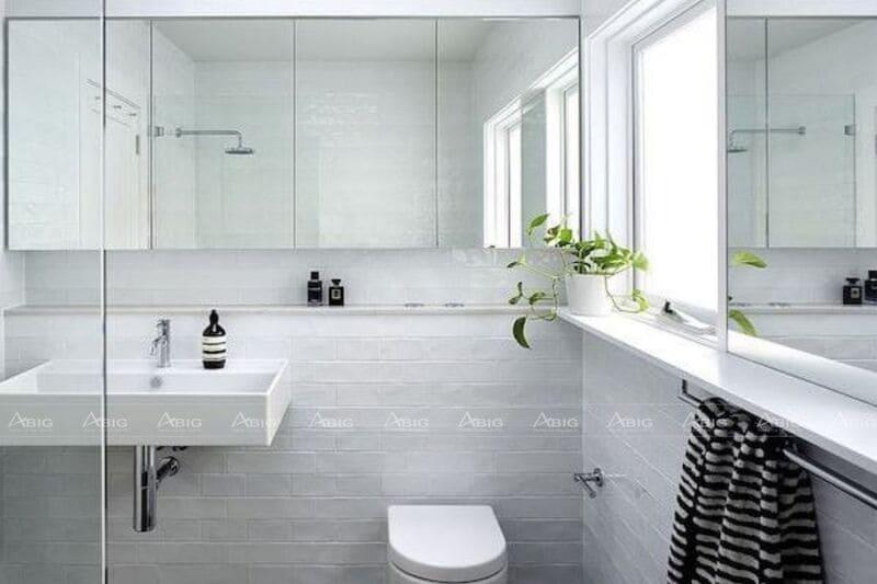 Gương dài được bố trí lắp đặt ở tường sẽ tạo cảm giác phòng tắm rộng lớn hơn.