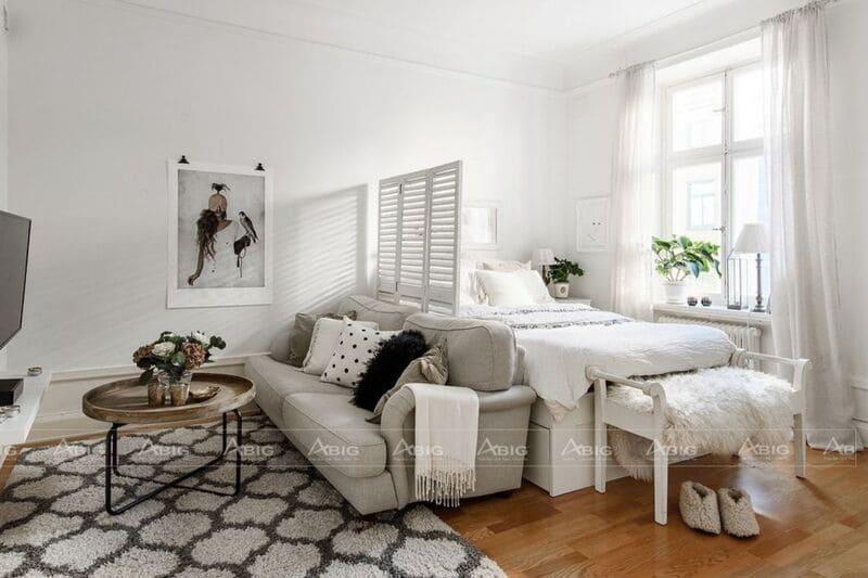 Vách trang trí sử dụng màu trắng tinh tế ngăn giữa phòng cách với khu vực nghỉ ngơi