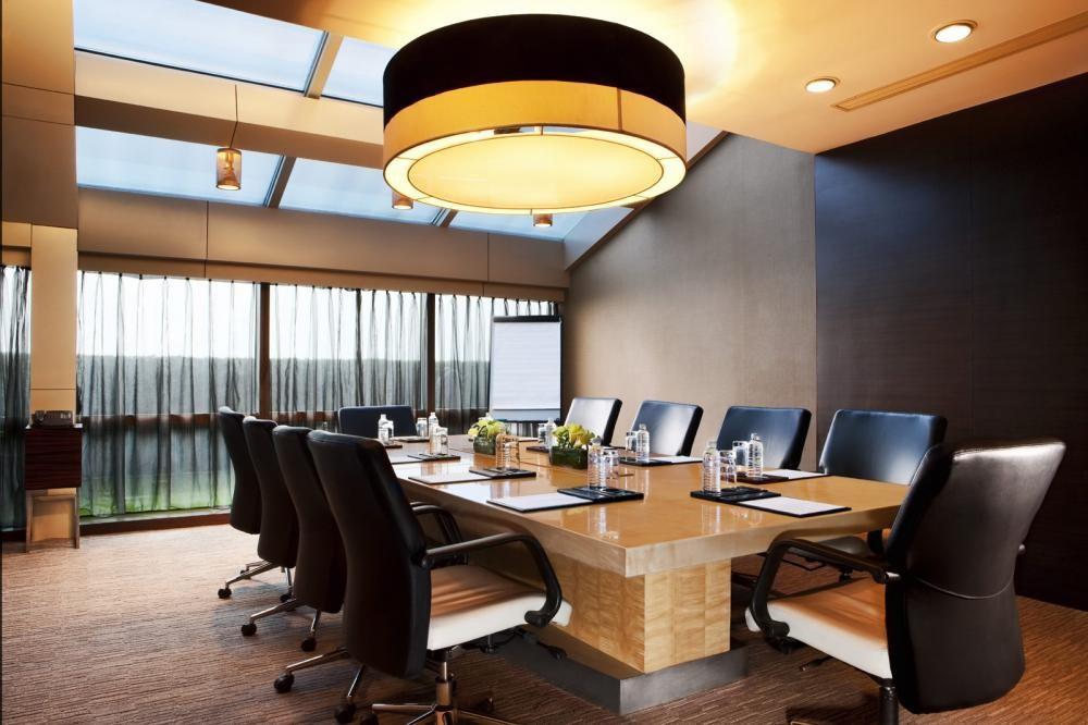 Đèn trần là điểm nhấn nổi bật của nội thất phòng họp
