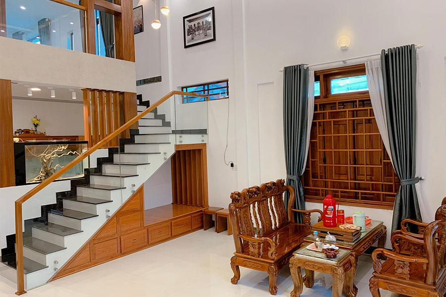 Phòng khách là nơi sinh hoạt chung và cũng là khoảng thông tầng nếu có tầng lửng, chiều cao phù hợp sẽ từ 3,6 đến 5 mét.