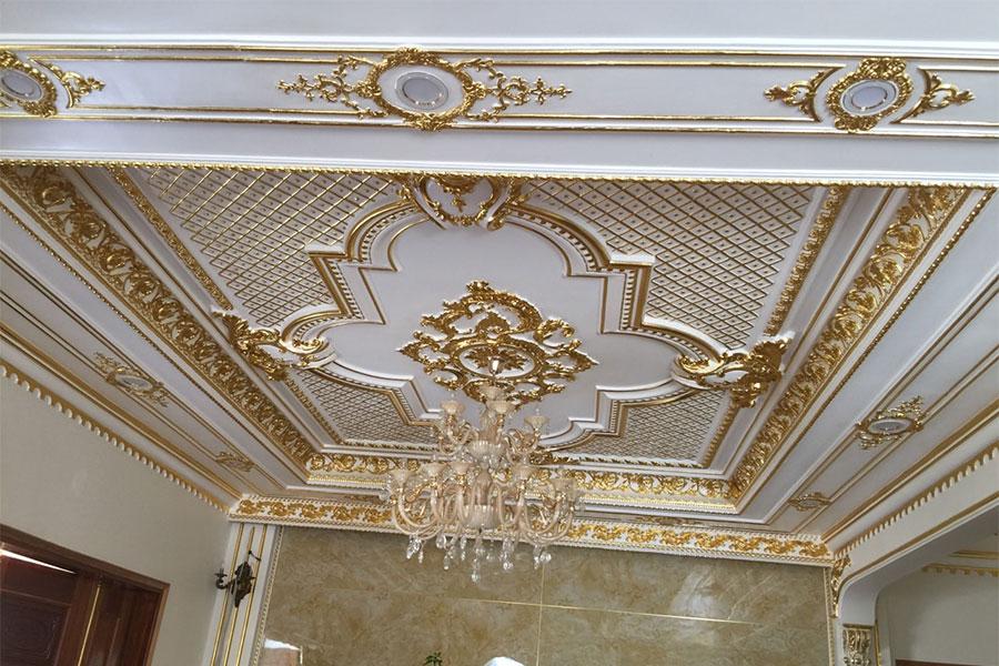 Trần thạch cao phòng khách mang phong cách cổ điển sang trọng.