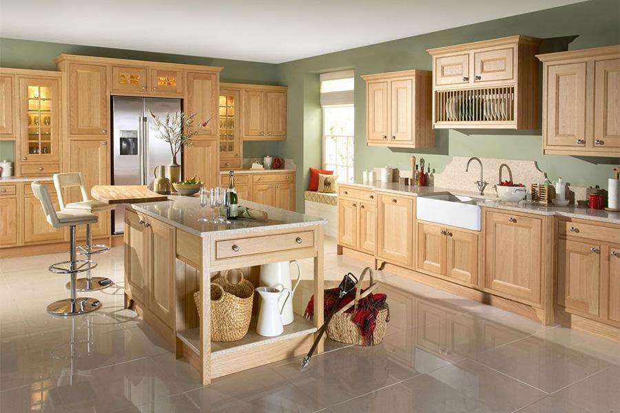 Một gian bếp hiện đại được làm toàn bằng gỗ sồi, thiết kế đơn giản, nhẹ nhàng tạo cảm giác không gian trông rộng rãi hơn.